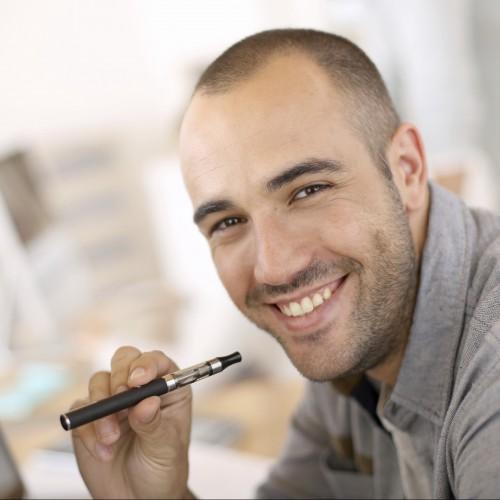 Mann mit E-Zigarette