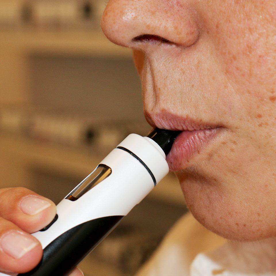 E-Zigarette dampfende Person mit langsamer Zugtechnik