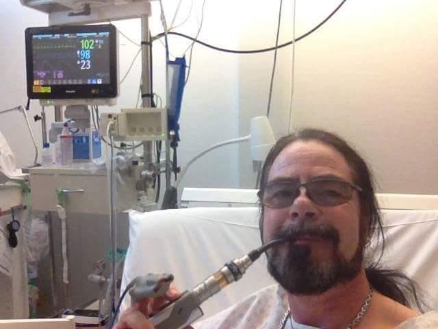 Mann mit E-Zigarette auf Intensivstation im Krankenhaus
