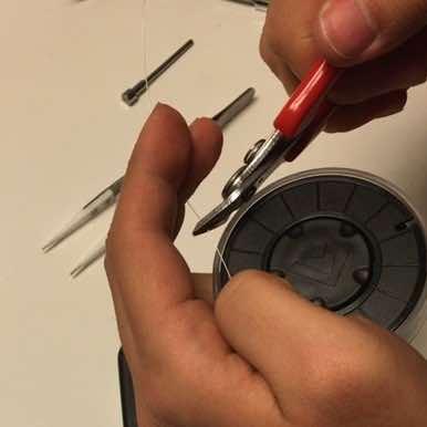 Durchtrennen des Drahtes mit dem Seitenschneider